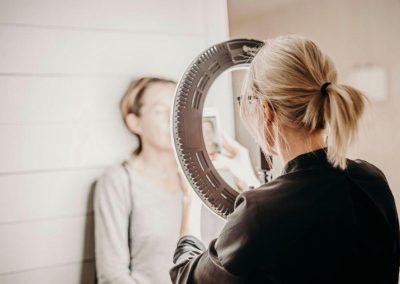 Emmy tar ett foto på kund på Klinik Pangea