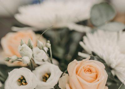 Vackra blommor som står i en vas